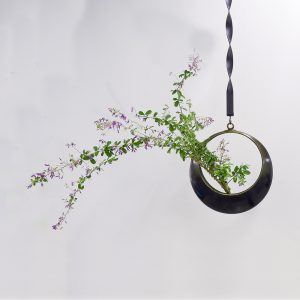 池坊の生花正風体-花器:月-花材:萩